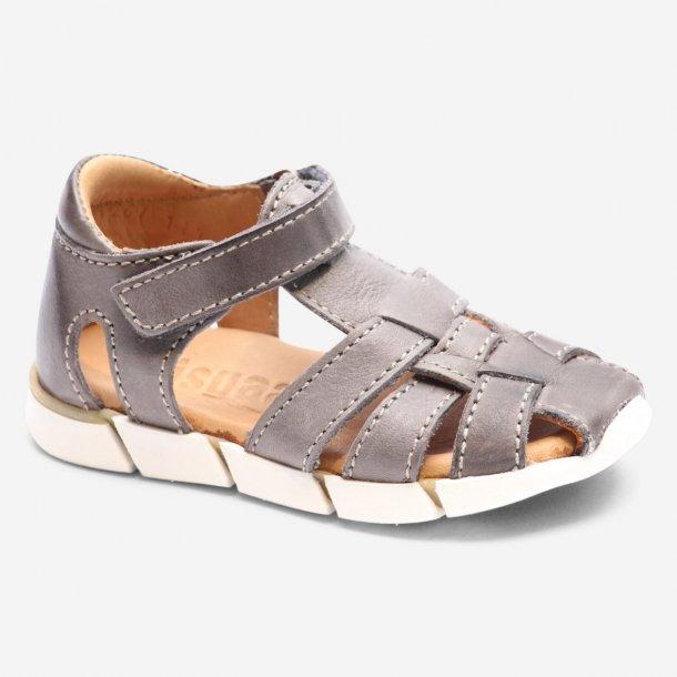 BISGAARD - Sandal i gråt skind. Lukket model