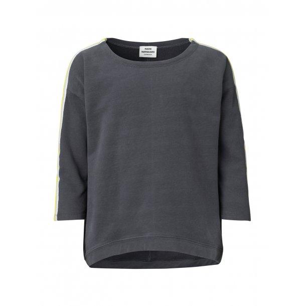 MADS NØRGAARD - Sweat shirt i grå med gule bånd. Tahlina..