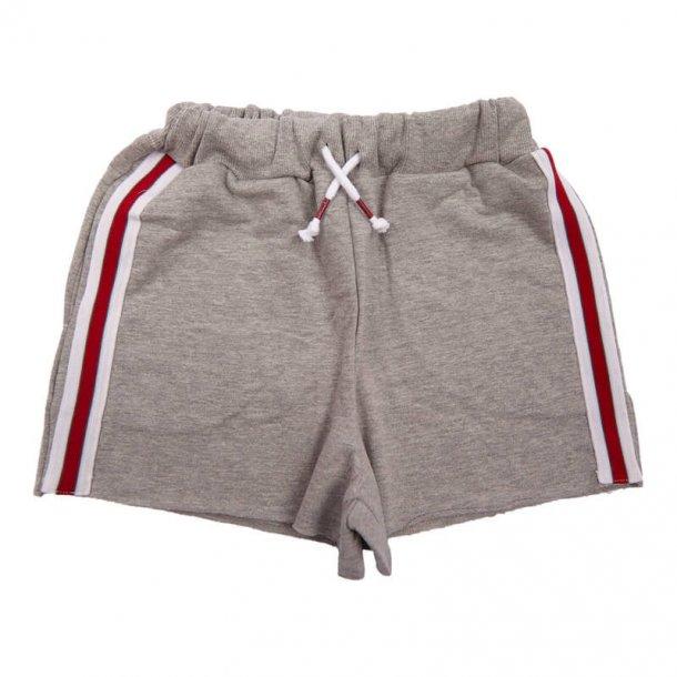 GRUNT - Blød shorts i grå med rød stribe. Henrietta..