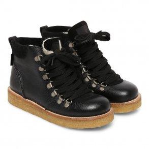 0c571372a483 Tilbud. ANGULUS - TEX Støvle med snøre og uldfoer i sort. Model 7498