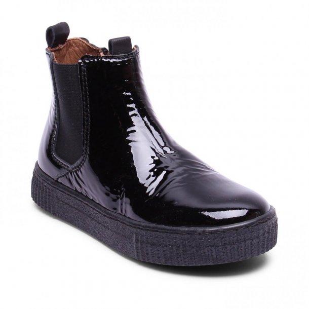 BISGAARD - Kort støvle i sort lak og lynlås i siden