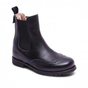 8a0f3d48f27 BISGAARD - Kort støvle i sort skind med lamme-foer og hulmønster