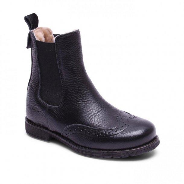 BISGAARD - Kort støvle i sort skind med lamme-foer og hulmønster
