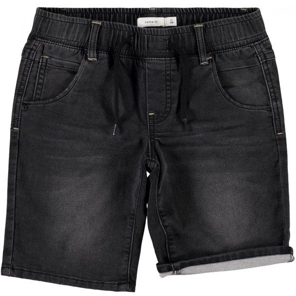 NAME IT - Shorts i sort vask med elastik i maven..